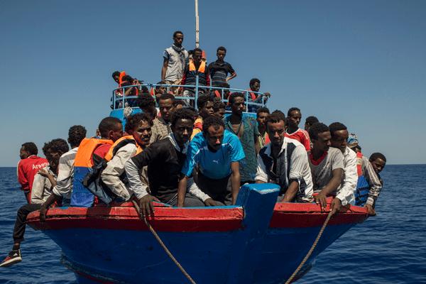 Des migrants secourus au large de la Libye par un bateau d'une ONG en août 2017