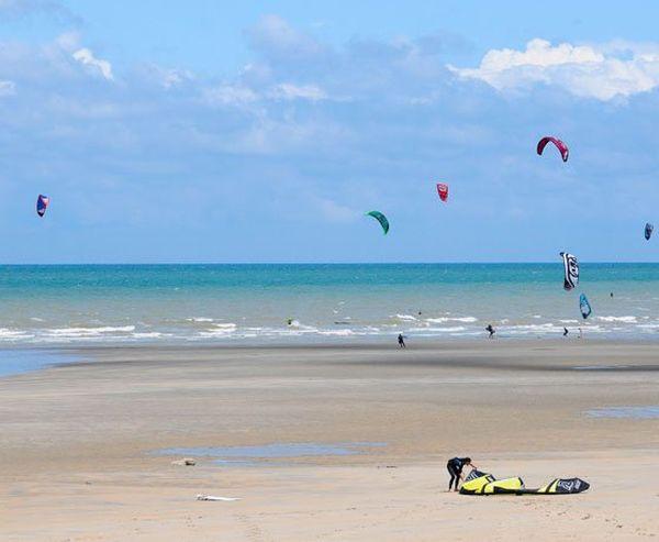 Des nuages, des éclaircies et du vent sur la plage de Saint Aubin sur Mer, ce samedi.