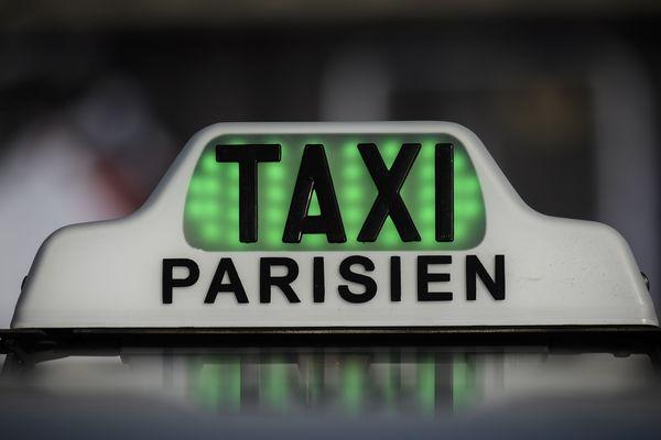 Un taxi parisien dont la lumière verte signifie qu'il est disponible pour prendre des clients. Photo d'illustration.