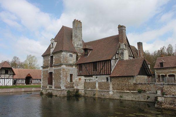 Dans l'Eure, à Beaumont-le-Roger, un VENDREDI éclairci pour le Manoir du Hom.