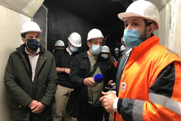 Nicolas Juanola, responsable des barrages de l'Hérault, guide une visite de presse à l'intérieur du barrage le 4 mars 2021, en compagnie du vice-président du Conseil Départemental en charge de l'environnement Christophe Morgo (à gauche).