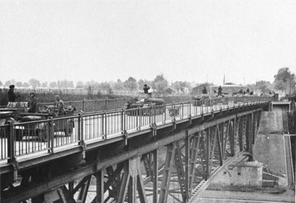 Les blindés allemands franchissant le canal Albert à la frontière de la Belgique et des Pays-Bas, le 11 mai 1940.