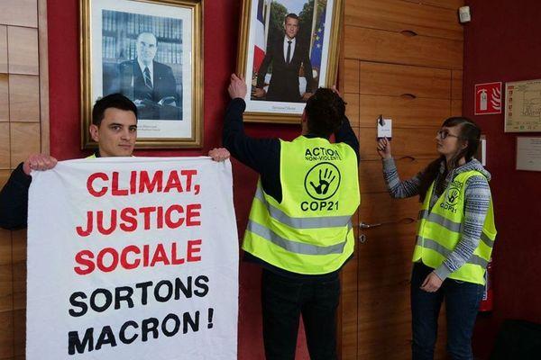 Urgence climatique: des militants écologistes subtilisent le portrait d'Emmanuel Macron à Saint Jean de-la-Ruelle (Loiret) - 2 mars 2019