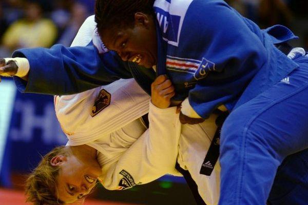 La judokate Émilie Andéol (en bleu), 26 ans, médaillée de bronze au Championnat du Monde 2014 dans la catégorie des plus de 78 kg.