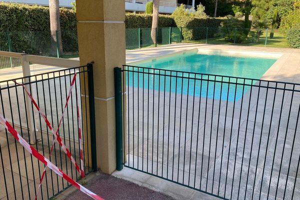 Une piscine de résidence fermée au public à Golfe-Juan, dans les Alpes-Maritimes.