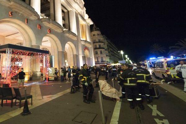 Le bilan de l'attaque commise jeudi soir à Nice, où un camion a foncé dans la foule, s'établissait vers 02H30 à 77 morts, a annoncé sur Twitter le président LR du conseil régional de Paca Christian Estrosi.