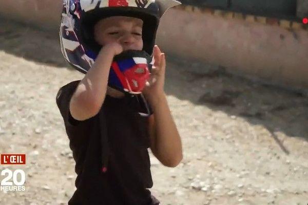 Ryan, 8 ans, est né sans main droite