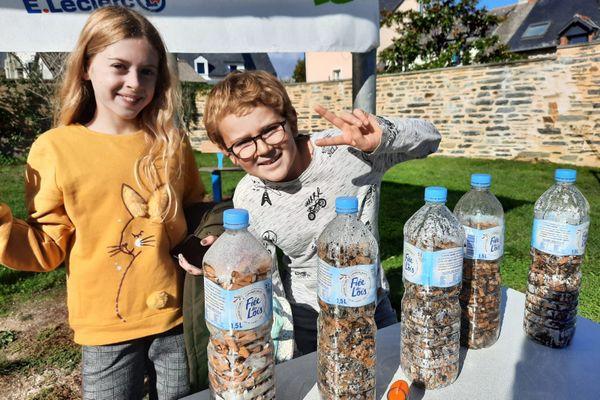 Sarah et Noah sont fiers de leur action : des centaines de mégots et déchets collectés