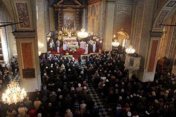 Messe dans la cathédrale d'Ajaccio à l'occasion de la célébration de la Vierge Marie .