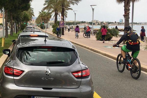 Les aménagements provisoires depuis le 11 mai : une seule voie de circulation pour les voitures sur la route du bord de mer entre Antibes et Nice.