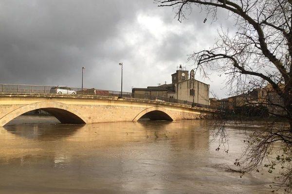 Le pont de Coursan, en basse vallée de l'Aude, jeudi en fin d'après-midi, où la décrue n'était pas encore amorcée