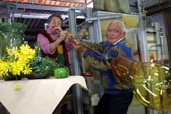 Un maître souffleur dans son atelier à Biot en 2002