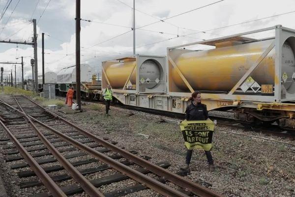 Greenpeace en action sur un convoi
