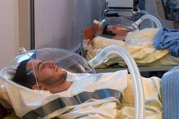 Deux volontaires pendant la seconde phase de l'étude d'alitement réalisée à la Clinique Spatiale de Toulouse.