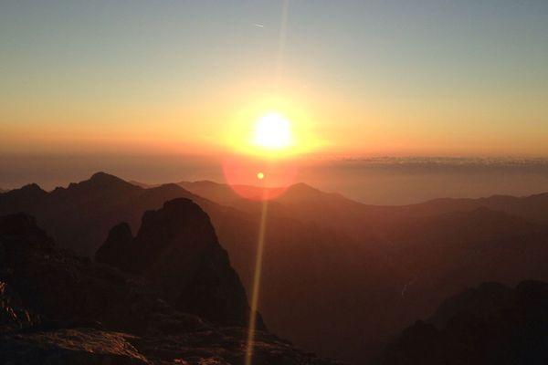 Lever de soleil depuis Capu Tafunatu (2 335m) dans le massif du Monte Cinto sur le GR20.