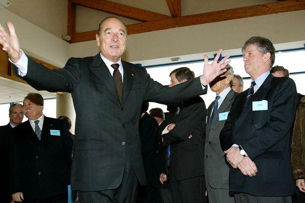 """Le président Jacques Chirac salue le personnel du complexe technologique de Crolles, près de Grenoble, en 2003, lors de l'inauguration de l'unité pilote de recherche et de développement en nanoélectronique de """"Crolles 2""""."""