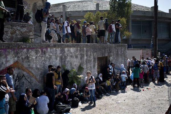 ILLUSTRATION - Des réfugiés attendent d'être enregistrés au port de Lesbos, en Grèce.