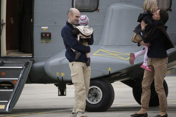 Nicolas Hénin accueilli par sa famille dimanche 22  avril 2014 à l'aéroport de Villacoublay