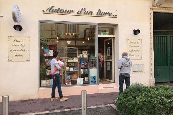 """Ce lundi 16 novembre, les clients font la queue devant la librairie résistante """"Autour d'un livre"""" à Cannes."""