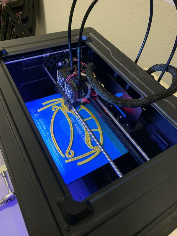 L'imprimante 3D du lycée Jules Siegfried prêtée Manéglise en plein travail pour la fabrique de visières anti Covid-19