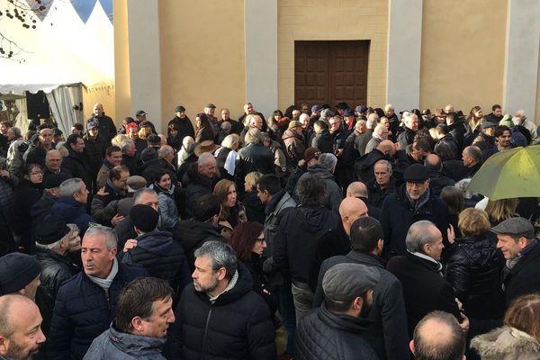 Des anonymes venus de toute la Corse se rassemblent sur le parvis de l'église Saint-Jacques de Lozzi pour les obsèques d'Edmond Simeoni lundi 17 décembre.