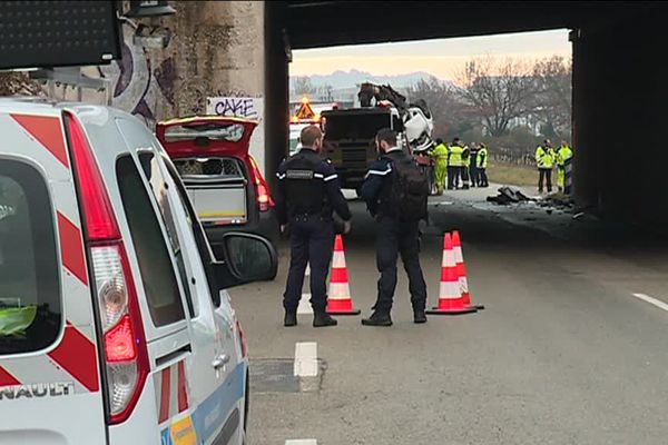 La voiture a percuté un pnt d'autoroute entre Bédarrides et Sorgues.