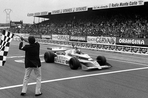 Jean-Pierre Jabouille passe le premier la ligne d'arrivée du Grand Prix de France de Formule 1 sur le circuit de Dijon-Prenois le 1er juillet 1979