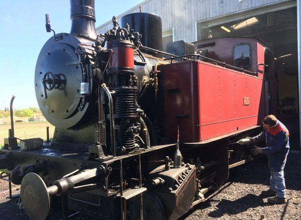 Derniers préparatifs avant la saison pour une des locomotives du Train des Mouettes.