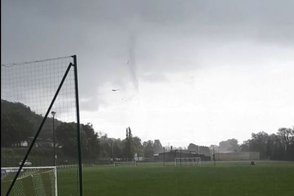 Sur ce film amateur, on voit la tornade se former au dessus de Creysse, près de Bergerac.