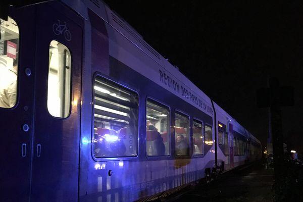 Les passagers dans le TER à l'arrêt en attendant les cars de substitution