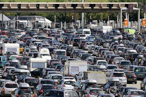 Le péage de Roussillon sur l'autoroute A7, lors des fortes affluences de l'été.