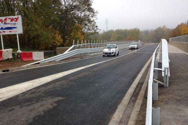 Les premières voitures franchissent le pont de Rosbruck, mardi 3 novembre, à 11h.