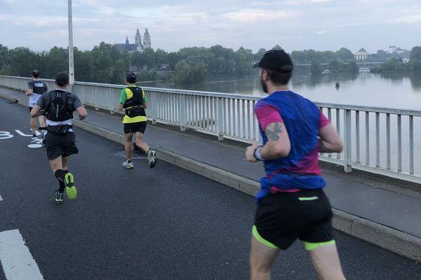 Les coureurs sur le pont Mirabeau.