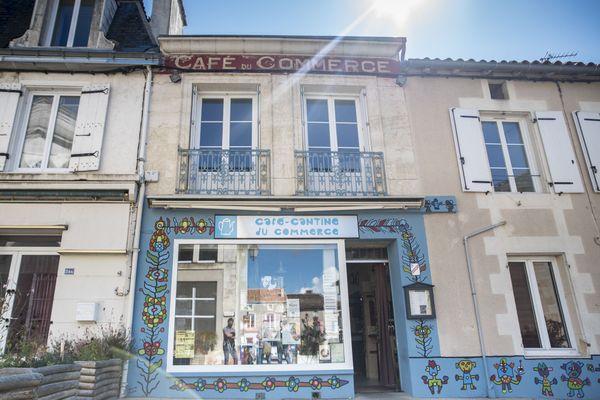 Le Café-Cantine du Commerce de Gençay (Vienne).