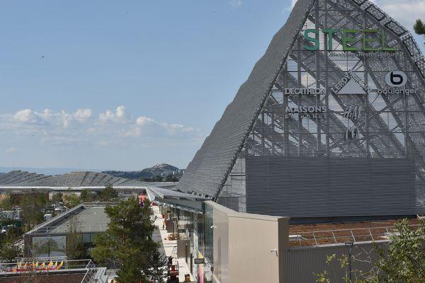 Avec sa grande armature métallique qui domine largement la ville, le centre commercial Steel est inauguré mercredi 16 septembre à Saint-Etienne après 3 ans de travaux.