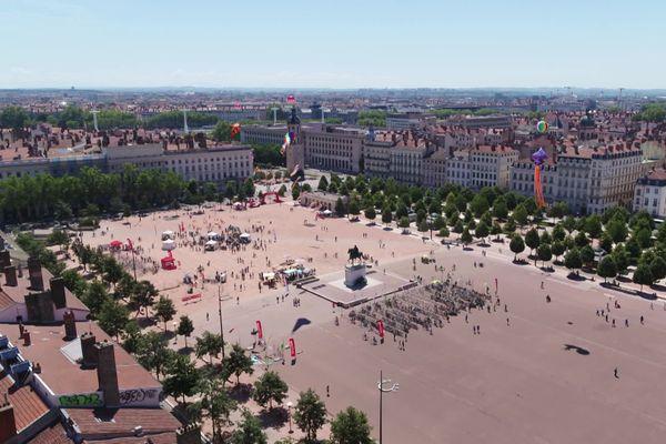 Place Bellecour à Lyon, une nouvelle agression homophobe a eu lieu mardi 1er septembre, suivie quelques instants plus tard de l'arrestation de deux suspects repérés grâce à une description très précise.