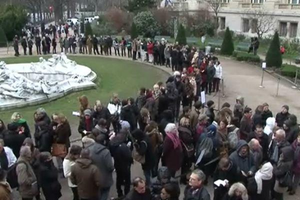 Foule devant le Grand Palais à l'occasion de l'exposition Hopper