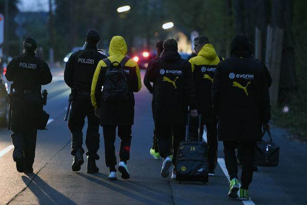 Les joueurs de Dortmund, escortés par la police après l'attentat de leur bus, le 11 avril dernier.