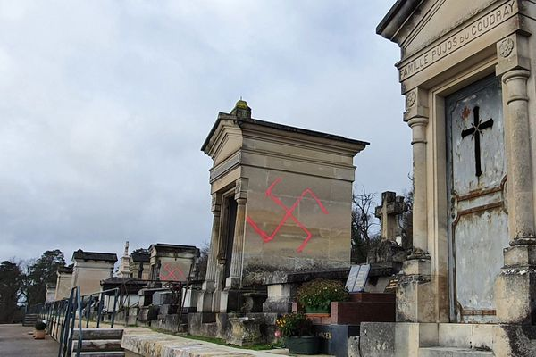 Le cimetière municipal de Fontainebleau (Seine-et-Marne), le 28 décembre 2020, où des tombes ont été profanées par des croix gammées. (Crédit : Frédéric Valletoux / Twitter)
