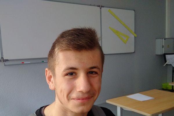 Dans son collège, Romani est un élève studieux.