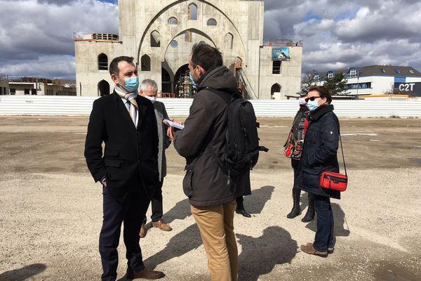 La récupération politique de la polémique n'aide pas à apaiser la situation. Ici, la tête de liste RN (ex-FN) aux élections régionales, Laurent Jacobelli, devant le chantier de la mosquée ce samedi 27 mars 2021.