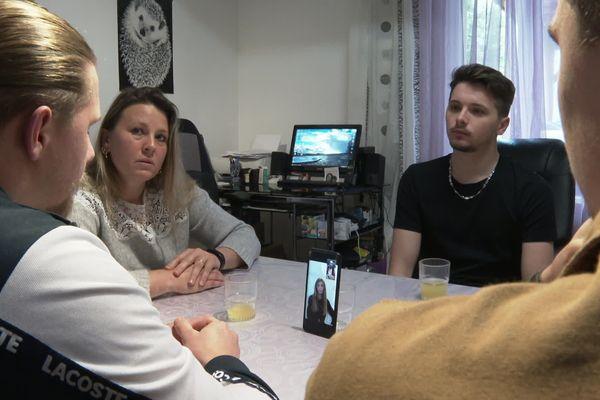 Les échanges se font par vidéo sur le téléphone ou sur l'ordinateur, entre Illona et sa famille