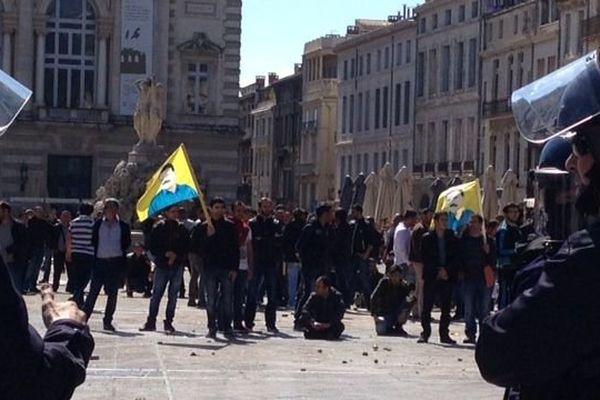 Une centaine de militants pro-kurdes étaient regroupés place de La Comédie, sous l'œil vigilant d'un important dispositif de police.
