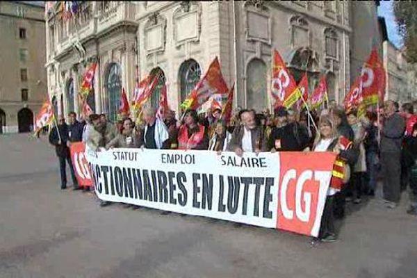 plusieurs centaines de manifestants se sont rassemblés sur le vieux-port