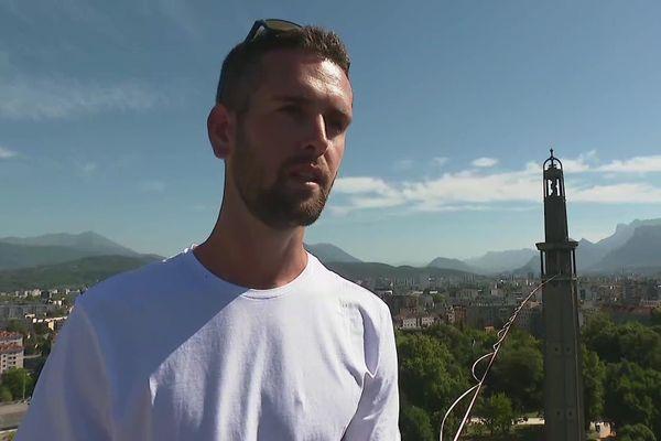 Le funambule Nathan Paullin offre à Grenoble un spectacle aérien entre la tour Perret et l'Hôtel de ville