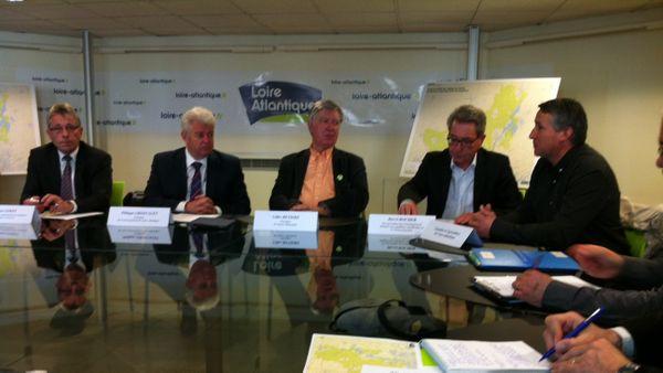 Philippe Grosvalet accompagnés d'expert en conférence de presse actuellement au Conseil Général