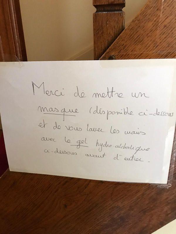Cette affiche écrite par le petit-fils de la future centenaire, Colette Monnier, et punaisée dans son vestibule, prévient chaque personne visitant sa grand-mère, des précautions sanitaires à prendre.