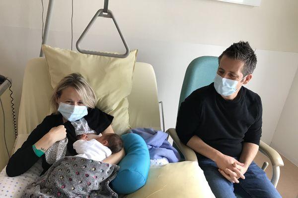 Nathalie et Jérémie Baudouin pendant l'allaitement de leur petit Ange-Pierre