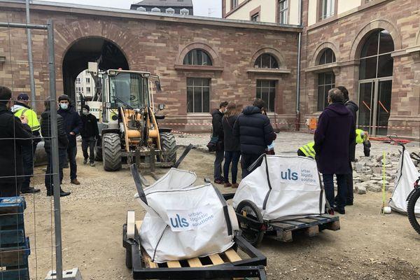 Les sacs de pavés sont déchargés sur le chantier de l'ancienne manufacture des tabacs située dans le quartier de la Krutenau à Strasbourg.