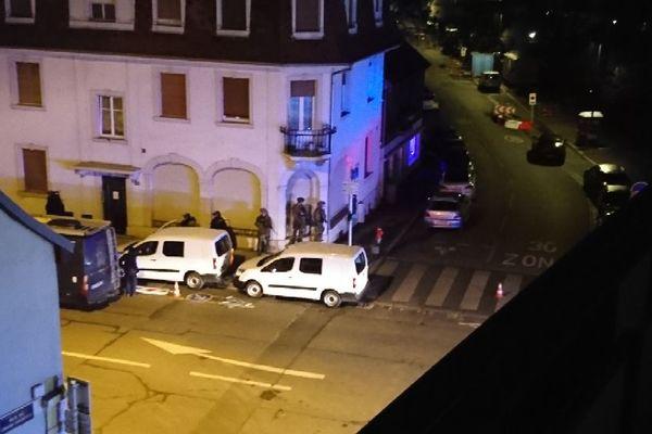 Police et armée sur place, Rue de Belfort aux portes de Neudorf